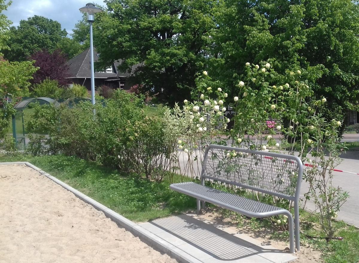 Fraktion Bündnis 90/Die Grünen unterstützt durch Spende die Sanierung des Dorfplatz in Holsen